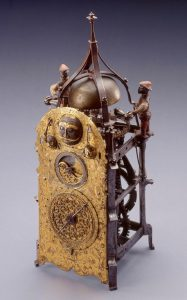 Рис. 5. Настенные часы с автоматикой, Южная Германия 1550/1600. Железо, металлический колокол, латунь, позолоченная медь и полихромная отделка 14 × 6 × 6 1/2 дюйма (35,56 × 15,24 × 16,51 см). Художественный музей Милуоки M2002.182. Автор фотографии: John Nienhuis (воспроизведено с разрешения)