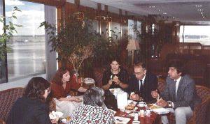 В комнате ожидании прибытия Орловых в аэропорту Кеннеди. Спиной к зрителю представительница Amnesty International и Люда Адексеева; лицом — Таня Турчина, Валя Турчин и Юра Ярым-Агаев; боком — я, а Джон фотографирует