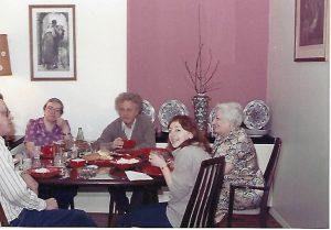 У нас дома в НЙ: Джон, Люда Алексеева, Юра Орлов, моя мама и я