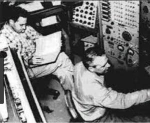 Фредерик Райнес и Клайд Коэн в центре управления реакторного эксперимента (1953),
