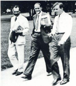 Н.И. Вавилов в 1932 году выступал на VI Междунаролном конгрессе по генетике в Итаке в США. На снимке Н.И. Вавилов, Т.Х. Морган и Н.В. Тимофеев-Ресовкий после заседания Конгресса (из Архива ВИР).