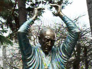 Бронзовый Отар Мегвинетухуцеси в образе короля Лира