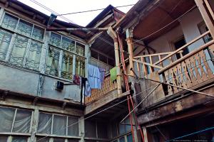 Дворы, где — балконы, лестницы, бельё на верёвках…