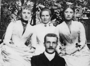 Ольга Книппер (в центре) с братом и сестрами В.Г.Шухова на даче. 1885