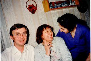 Иллюстрация 16: На фотографии Томми, Ольга и я на 75-летнем юбилее Вайнберга (композитор не мог присутствовать в гостиной, он лежал в другой комнате).
