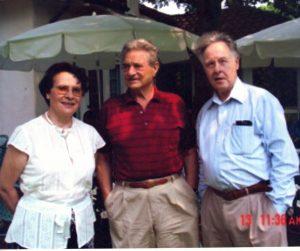 На следующий день после празднования 80-летия Дж. Сороса в его загородном имении в Саутгемптоне, слева направо: Н.И. Сойфер, Дж. Сорос, В.Н. Сойфер