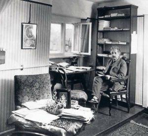 Albert Einstein in seinem Arbeitszimmer in der Haberlandstraße 5 im Bayerischen Viertel in Berlin-Schöneberg.