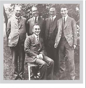 Гёттинген 1922. Стоят слева направо: Карл Вильгельм Озеен, Нильс Бор, Джеймс Франк, Оскар Кляйн. Сидит Макс Борн
