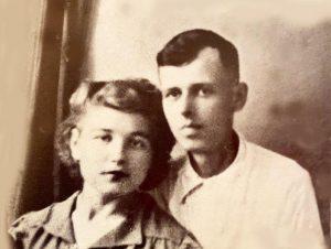 А.Д. Сахаров с женой Клавдией Алексеевной (урожд. Вихиревой). Июль 1943