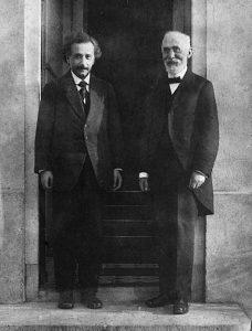 Альберт Эйнштейн и Хендрик Лоренц. Фото Пауля Эренфеста, сделанное перед его домом. Лейден, 1921