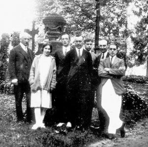 Абрам Фёдорович Иоффе с сотрудниками, Гёттинген, 1926 год. Слева направо: А. Ф. Иоффе, А. Н. Арсеньева, П. И. Лукирский, В. Р. Бурсиан, предположительно Д. Д. Иваненко, Л. В. Шубников, неизвестный.